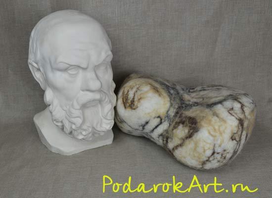 декоративная подушка из войлока в виде камня