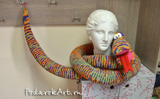 большая вязаная мягкая игрушка змея