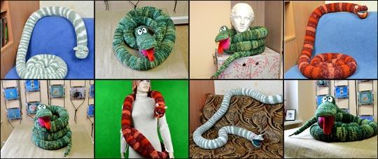 различные позы вязаной мягкой игрушки змеи