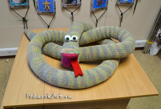 вязаная змея длиной 4 метра