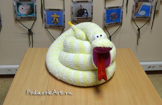 желтая вязаная змея