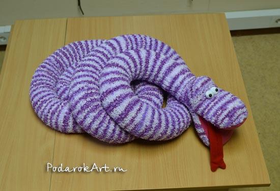 сиреневая большая вязаная змея