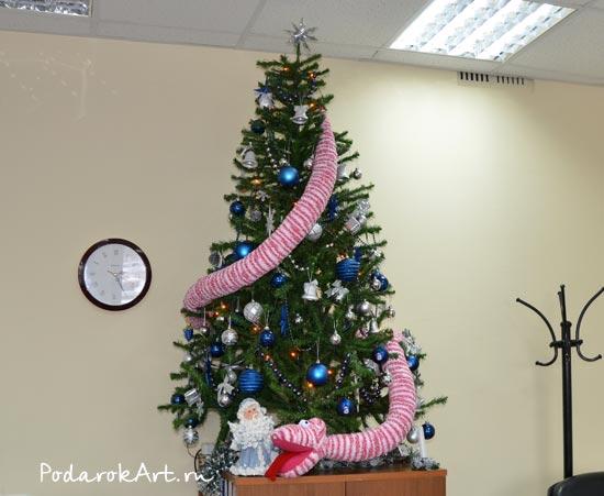 Вязаная змея на новогодней ёлке