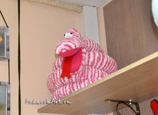 Змея ручной работы в розовую полоску