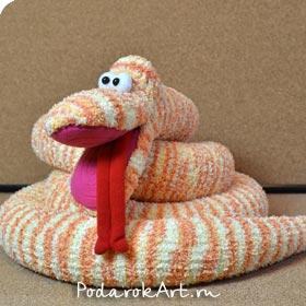 Большая вязаная мягкая игрушка змеи ручной работы желто-оранжевого цвета