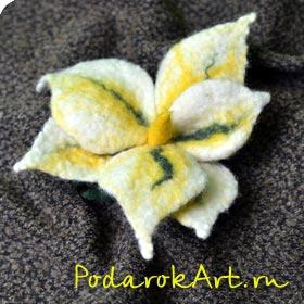 Валяная лилия в виде броши